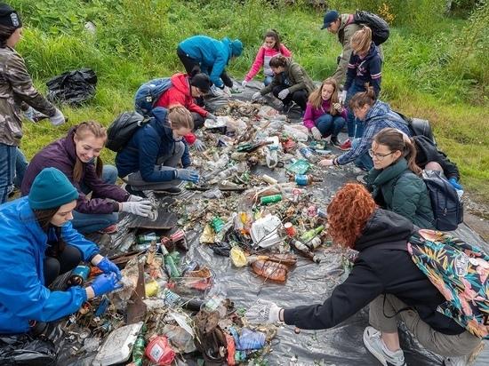 В Петрозаводске волонтеры Greenpeace очистили от мусора берег Онежского озера