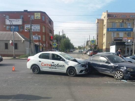 Пассажирка такси попала в больницу после ДТП в Волгограде