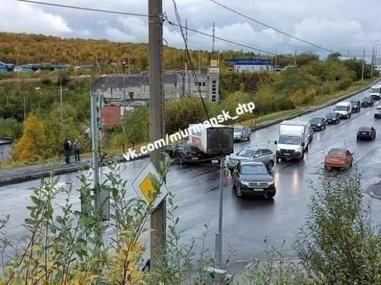 На улице Старостина столкнулись легковой автомобиль и грузовой фургон