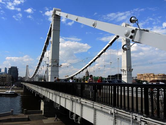 Крымский мост в Москве поврежден проходившей баржей