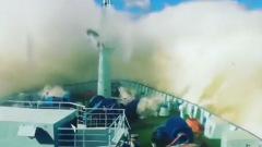 """Ледокол """"Арктика"""" прошел испытание питерским штормом: кадры стихии"""