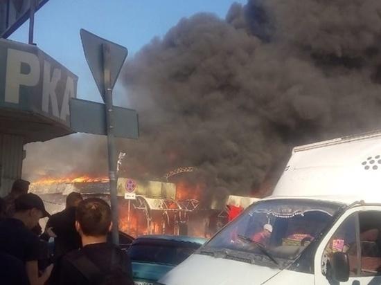 В Шахтах на большой площади горел Центральный рынок