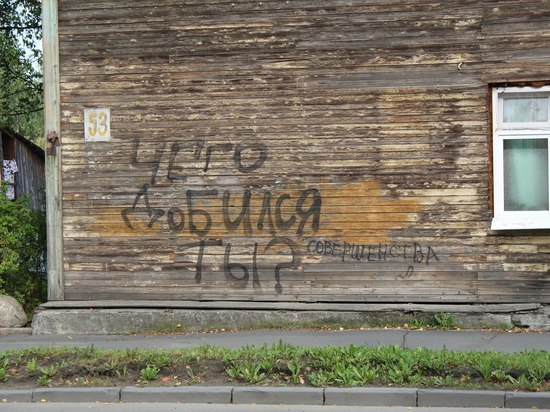 Петрозаводчане устали от надписей на зданиях, скамейках и подъездах