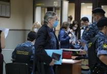 Сестра актёра Анастасия обратила внимание на синий файлик в руках брата