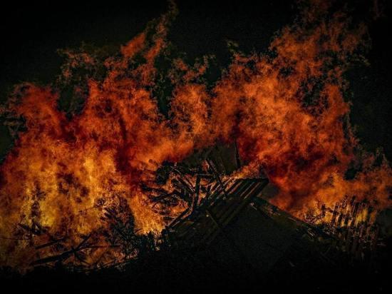 Под крышей садового домика в Кузбассе разгорелся пожар