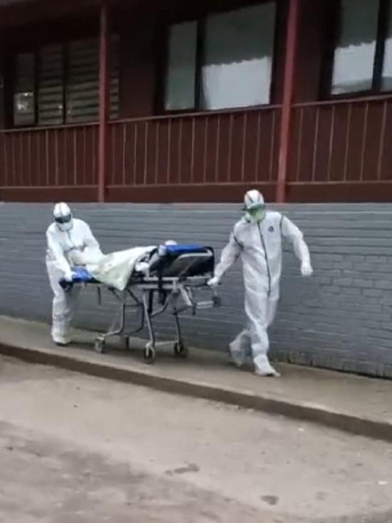 В Ярославле коронавирусных больных возят на открытых тележках прямо у входа в школу