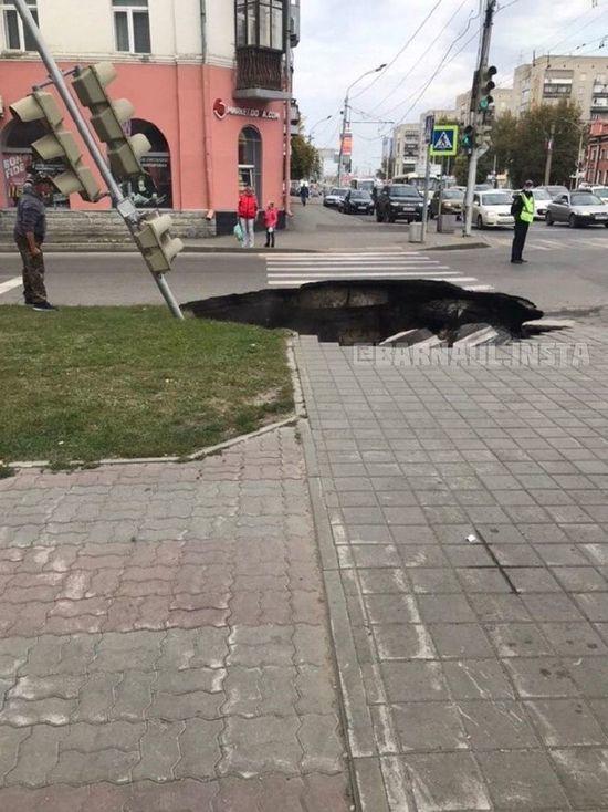 В гигантский пролом на проспекте Ленина угодил работающий светофор