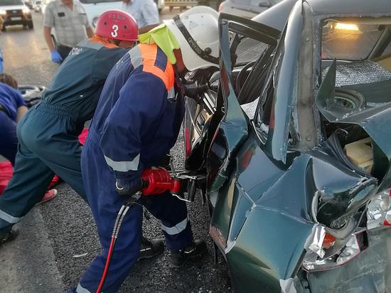 Под Кореновском в разбившейся машине застряла женщина