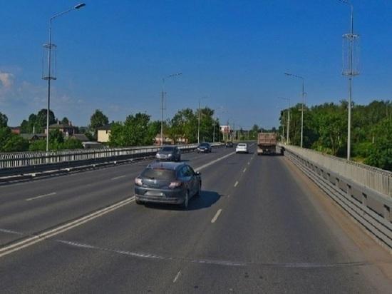 Почему велосипедистам нужно идти по мосту в Пскове, объяснили в УГХ