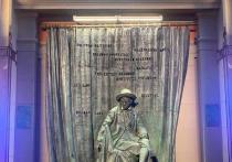 На памятник основателю Вахтанговского театра, который торжественно открыли  в понедельник непосредственно у центрального входа в театр, носящий  его имя, была попытка совершить акт вандализм