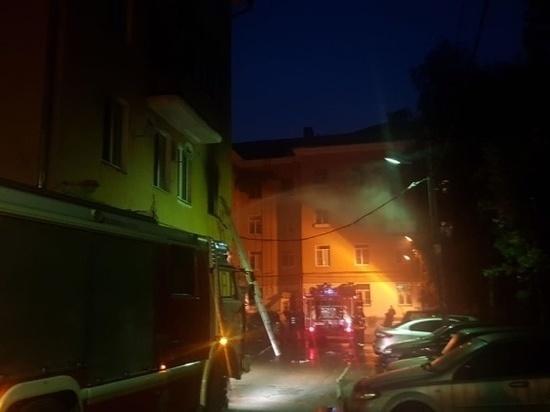 Ранним утром в Твери пожарные спасли четверых людей из горящей квартиры