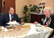 Алексей Ситников поздравил с юбилеем старейшего члена партии «Единая Россия» на Ямале