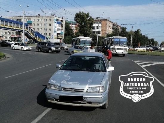 В Абакане иномарка врезалась в пассажирский автобус