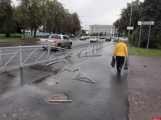 Неизвестный водитель снес ограду на Ольгинском мосту