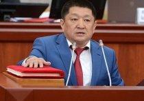 Космосбек Чолпонбаев находится в столичном СИЗО-1 и подозревается в том, что, злоупотребляя своим служебным положением, заключил заведомо невыгодный контракт на почти 65 млн сомов