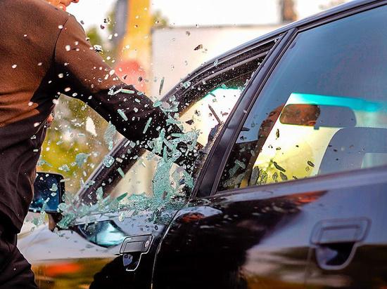 В Челнах за мелкое ДТП разъяренная толпа разбила авто виновника