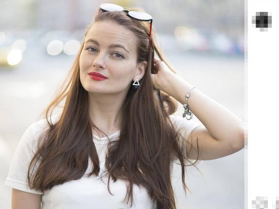 Малоизвестная до недавних пор актриса Анастасия Шульженко, получившая сомнительную славу на фоне интимной связи с мужем певицы Наташи Королевой, как оказалось, имеет немалый опыт исполнения ролей в семейных мелодрамах