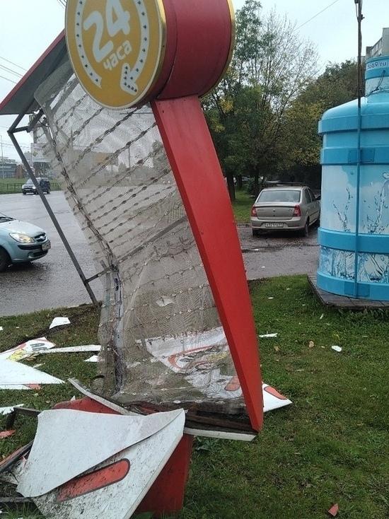 Пытавшийся избежать ДТП водитель снес вывеску закусочной в Твери