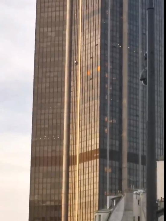 Мужчина попытался без снаряжения взобраться на небоскреб Монпарнас в Париже