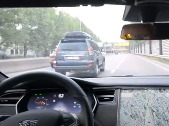 «Тесла» без водителя устроила «гонки» сполицией наскорости 150 км/ч