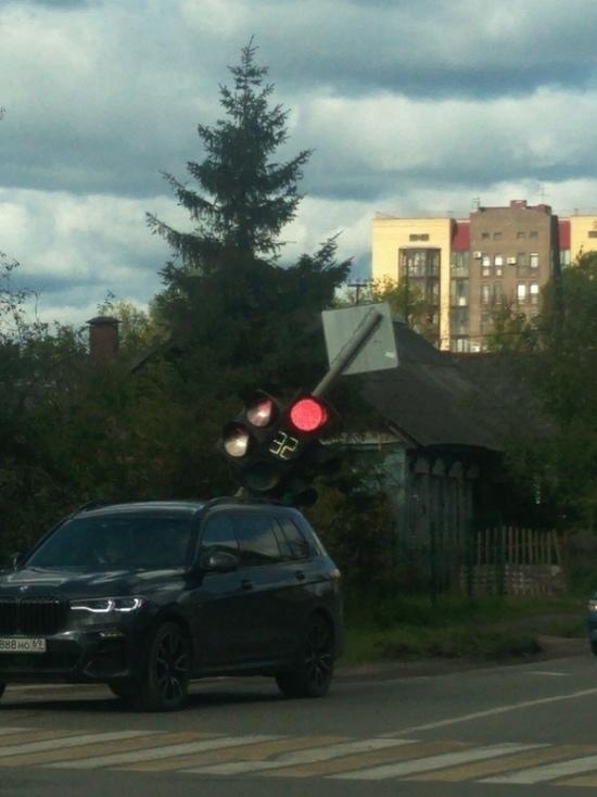 В Твери после ДТП накренился светофор