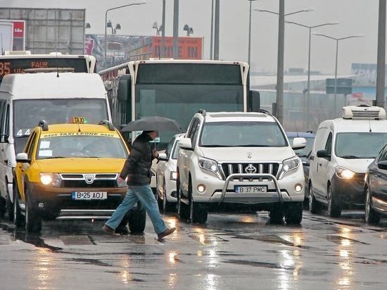 """Жители Румынии вышли на улицу с плакатами """"Долой намордники"""""""
