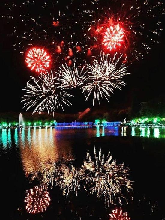 В День города небо над Железноводском впервые озарил десятиминутный «зеркальный» фейерверк