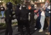 В Бресте сотрудники ОМОНа чтобы разогнать стоящих в сцепке людей, вышедших на акцию протеста, применили газ