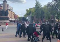 В Бресте продолжаются столкновения бойцов ОМОНа с протестующими