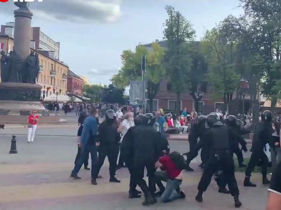 Столкновения в Бресте продолжаются, омоновец стрелял в воздух