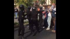 Силовики распылили перцовый газ в лицо протестующим: кадры из Бреста