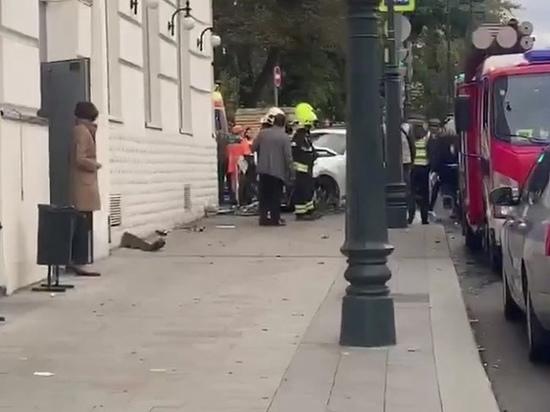 Авария с участием кроссовера Infiniti на улице Остоженка в Москве привела к страшным травмам у пострадавших