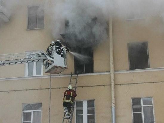Четырех подростков спасли из горящего заброшенного здания в Колпино