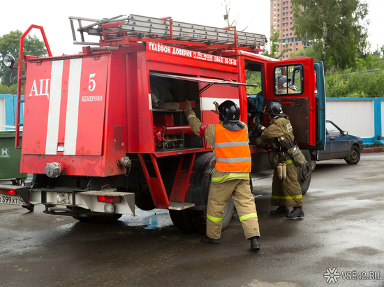 Пожарные в Юрге спасли из загоревшейся многоэтажки девять человек