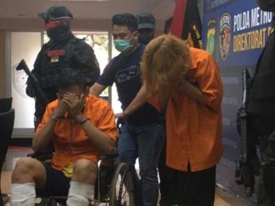 В индонезийском городе Джакарта молодая пара расправилась с мужчиной после того, как он сходил на свидание с девушкой