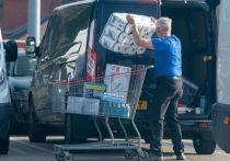 Премьер Великобритании Борис Джонсон обратился к нации и объявил об ограничениях из-за коронавируса - даже при том, что ему пришлось смягчить изначальный план, меры все равно выглядят сурово. Вторая волна пандемии напугала британцев и заставила их снова опустошать магазины: соцсети переполнены фотографиями людей, в панике скупающих продукты и туалетную бумагу.