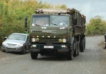 По словам сельчан, из-под колес грузовиков летят камни — они попадают в дома и портят их внешний вид