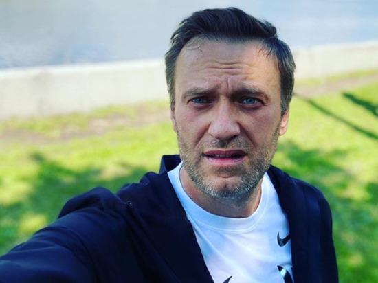Блогер и оппозиционер Алексей Навальный выложил в Instagram фото, как он сидит на лавочке в парке