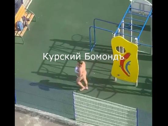 По Курску бегал голый мужчина с младенцем на руках