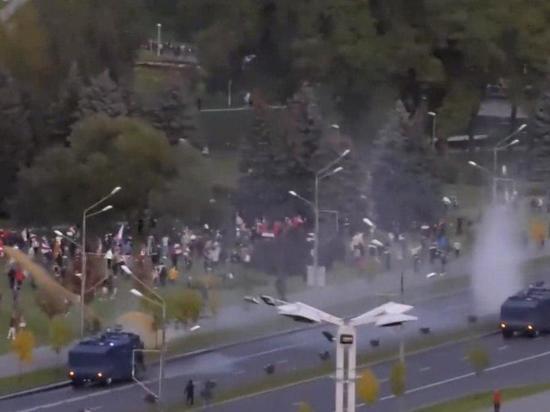В Минске протестующих поливают из водометов оранжевой жидкостью