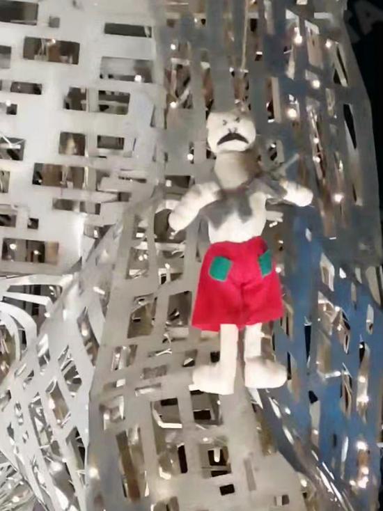 Протестующие повесили в Минске куклу Лукашенко с автоматом