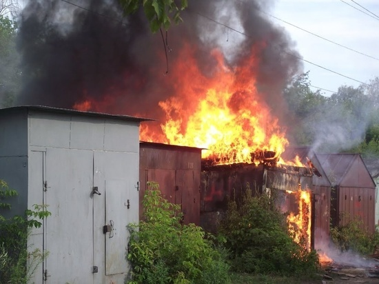 В Ивановской области 14 человек тушили огонь, охвативший хозпостройки