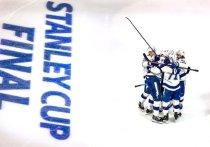 В ночь со среды на четверг на арене «Роджерс Плэйс» в Эдмонтоне (Канада) завершилась третья встреча финальной серии Кубка Стэнли между «Тампа-Бэй Лайтнинг» и «Даллас Старз». Победу в матче со счётом 5:2 одержала «Тампа», которая повела в серии – 2:1. «МК-Спорт» рассказывает подробности.