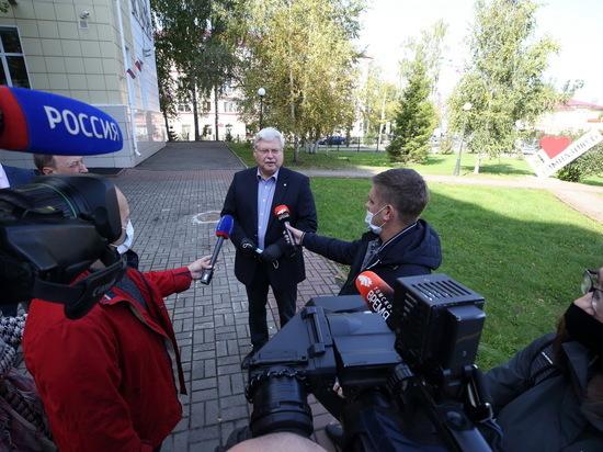 Кроме того Сергей Жвачкин уклонился от ответа о «вторых паспортах» своих подчиненных