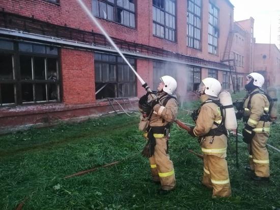 """87 человек и 27 машин задействовали в ликвидации крупного пожара на кемеровском """"Азоте"""""""