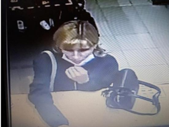 Чебоксарские полицейские ищут женщину, устроившую шопинг за чужой счет