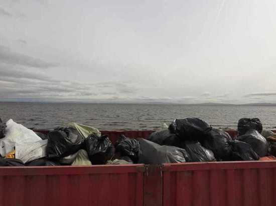 С 4 километров берега Арахлея собрали 25 кубов мусора