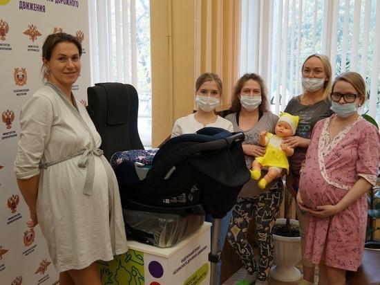 В Костроме ГИБДД обучает беременных девушек правильно перевозить детей в машине