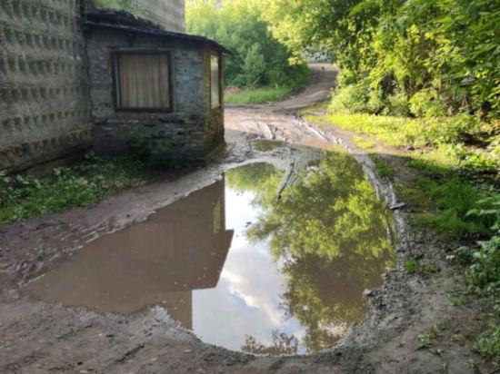 Дворовые лужи стали для кузбассовцев настоящими непроходимыми озерами