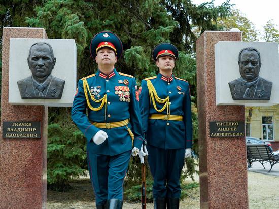 Два новых пилона установили на аллее почетных граждан в Ставрополе
